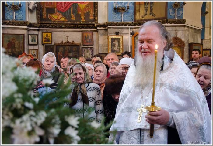 Обязательно на Рождество следует посетить праздничное богослужение. Фото plavchelny.ru