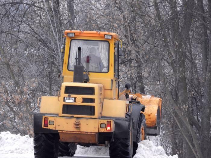 Трактор сбрасывает привезенный снег в реку. Февраль 2016 года. Фото Светланы Васильевой