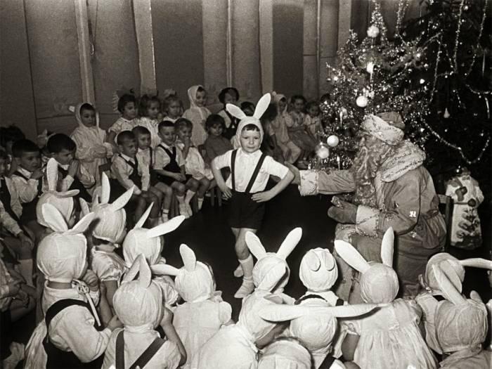 Новогодний утренник в советском детском саду. Снимок 1963 года. Фото pokazuha.ru
