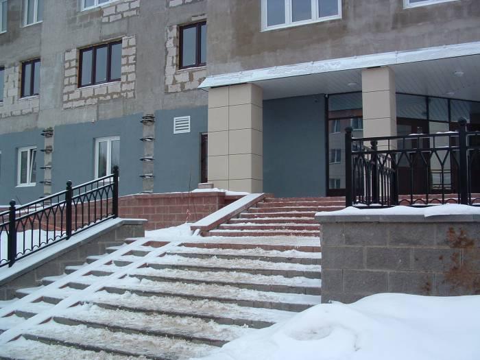 Главный вход в общежитие. Фото Дарьи Максименко