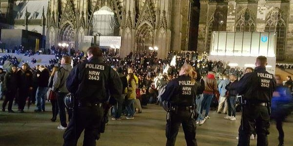 Полиция перед Кёльнским собором. Источник news-front.info