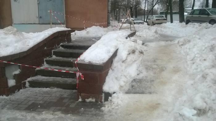 На вид лестница исправна, непонятно, почему ее закрыли: из-за наледи или из-за сосулек и снега, которые могут падать с крыши. Фото Анастасии Вереск