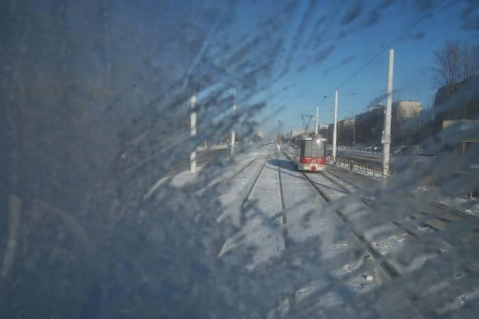 В окошко в такую погоду трудно разглядеть город. Фото Анастасии Вереск