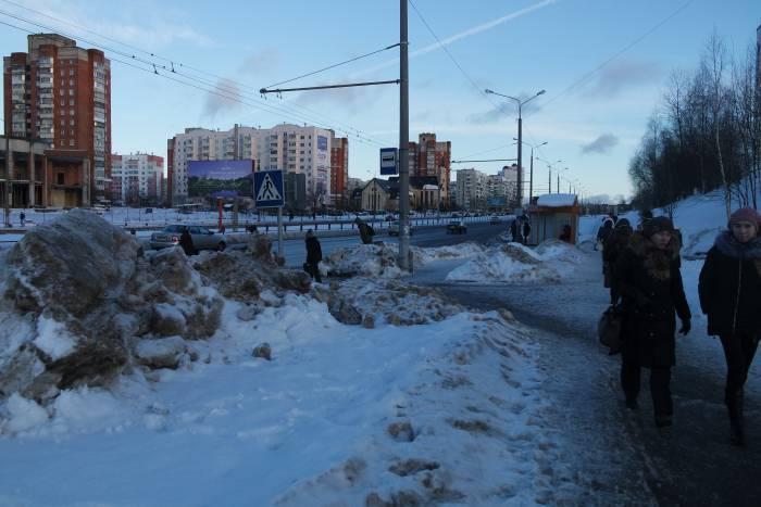 Весь снег, к сожалению, так быстро не вывезешь. Фото Анастасии Вереск