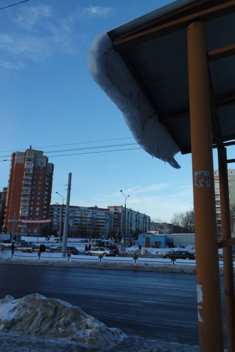 Такой снежный козырек долго не продержится. Фото Анастасии Вереск