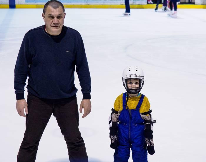 дед и внук на коньках