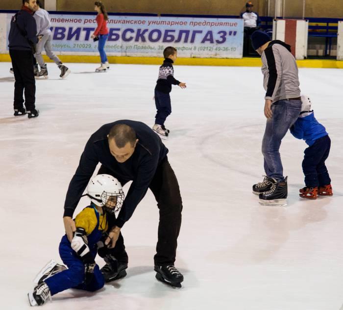 Дед покажет, как научиться кататься и правильно падать на коньках. Фото Светланы Васильевой