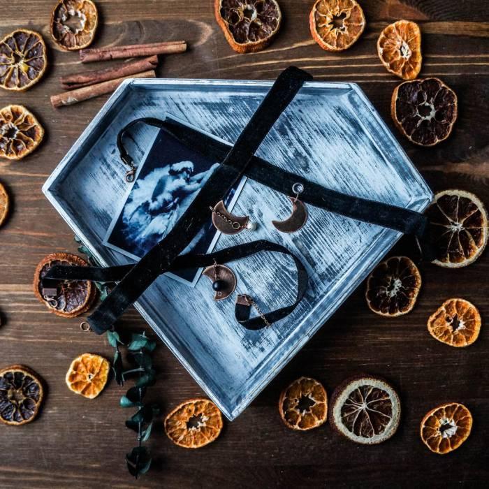 Необычные кулоны-чокеры. Фото из архива Ирины Федоровой