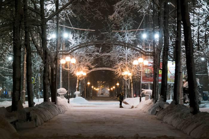 Одинокий дворник и много снега. Фото Анастасии Вереск