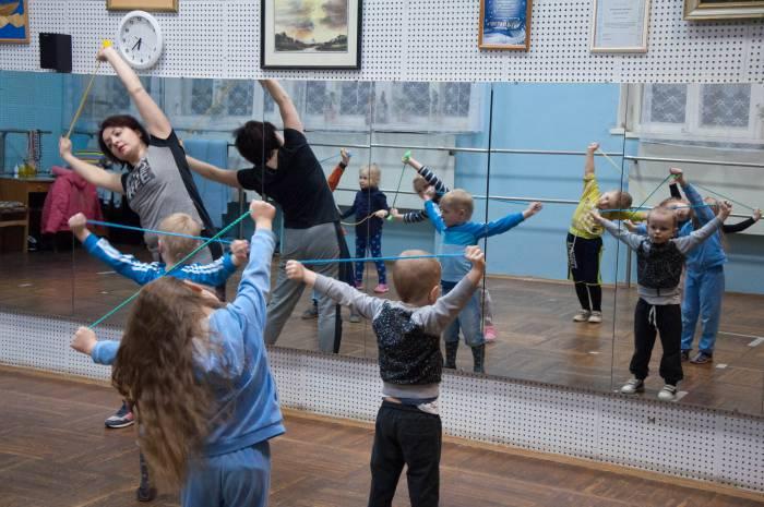 Младшая группа, дети от 4 до 6 лет занимаются в студии танцевально-ритмической гимнастикой. Фото Анастасии Вереск
