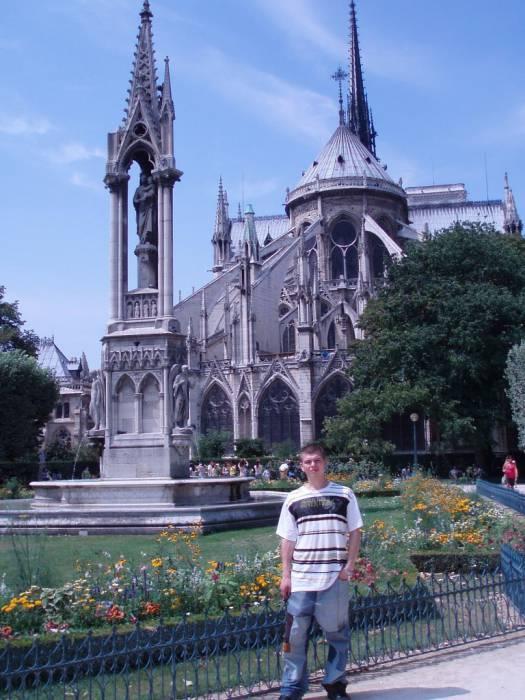 Александр у одной из главных достопримечательностей Франции - Нотр-Дам-де-Пари