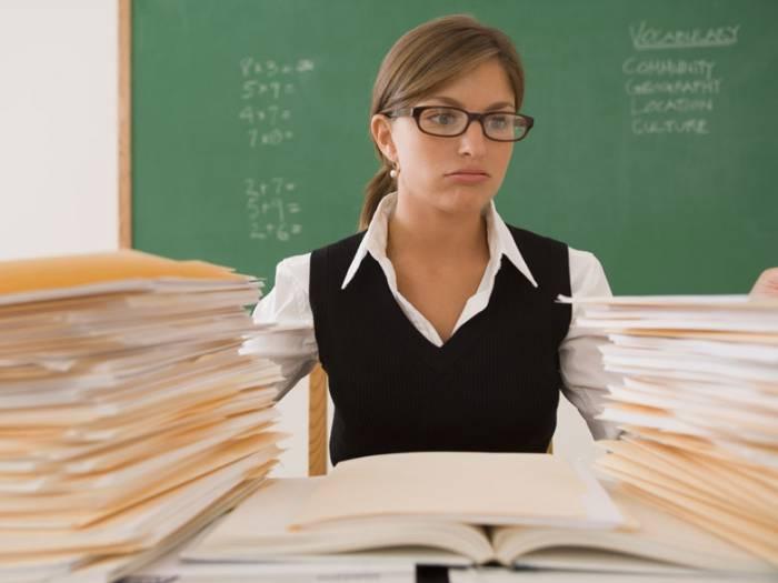 Учителям приходится писать огромное количество бумаг. Фото discount57.ru