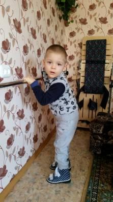 Дима уже может стоять, держась за поручень, который ему сделал папа. Фото: Аля Покровская