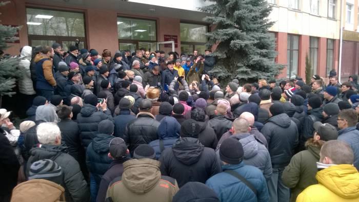 Журналисты обступили борцов с тунеядством. Фото: официальная страница в facebook Независимого профсоюза РЭП