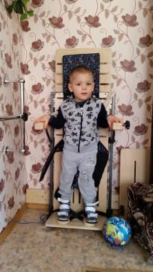 Вот такая стенка помогает мальчику ровно стоять и укрепляет мышцы. Фото: Аля Покровская