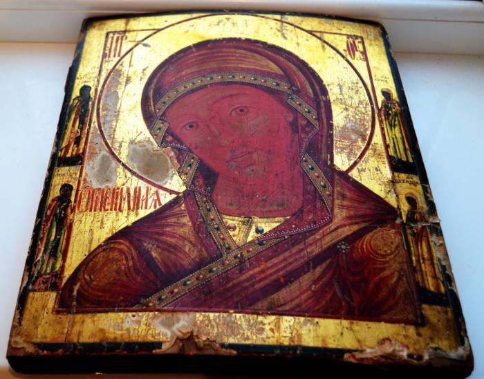 Алый цвет - главное отличие этого образа от остальных икон Богородицы. Фото forums-su.com