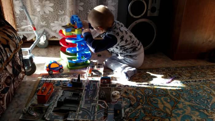 В перерывах между занятиями Дима любит играть. Фото: Аля покровская