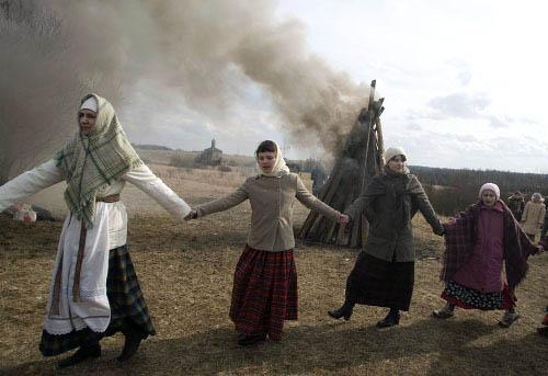 Во многих местностях в этот день было принято жечь большие костры и звать весну. Фото voeto.ru
