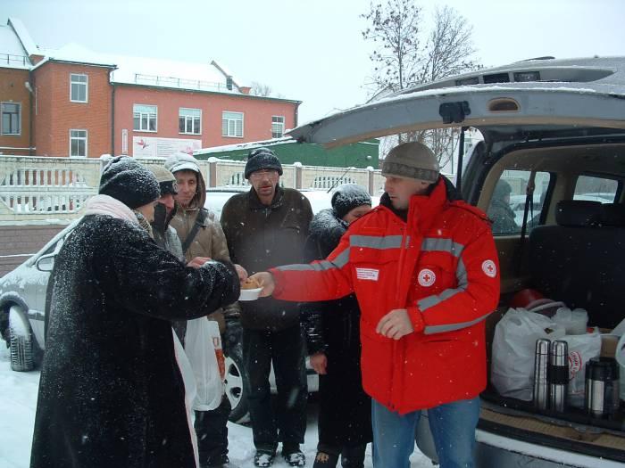 Волонтёры Красного Креста помогают замёрзшим. Фото: Дарья Максименко
