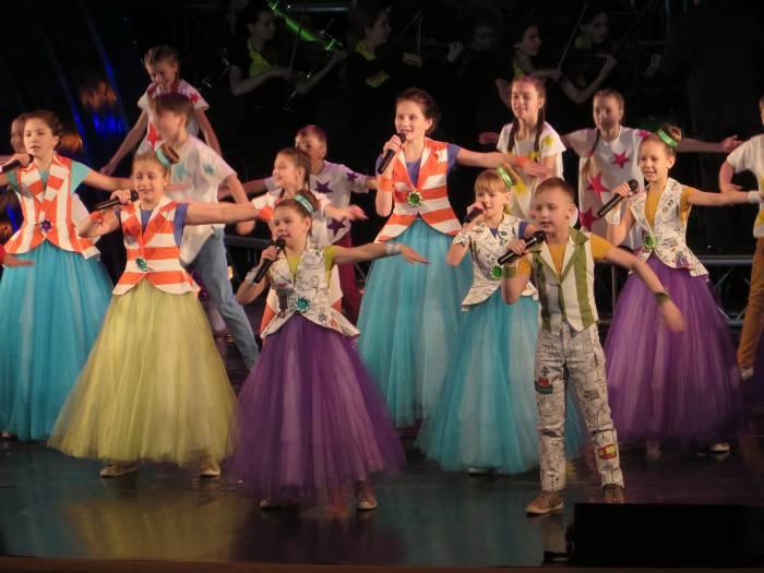 """Творческие коллективы """"Какао"""" и """"Зорька"""" на праздничном концерте. Фото: Аля Покровская"""