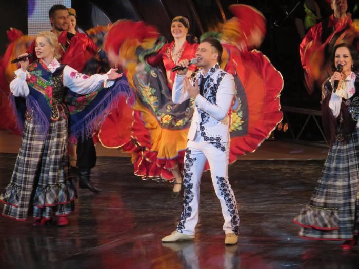 """На сцене зажигают ансамбль """"Талака"""" и солист Александр Шломан . Фото: Аля Покровская"""