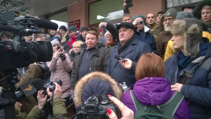 Истец и юрист после суда. Фото: официальная страница в facebook Независимого профсоюза РЭП