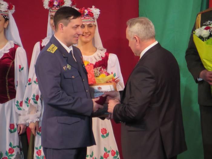 Губернатор поздравляет Макухина О.И. , сотрудника Витебской таможни. Фото: Аля Покровская