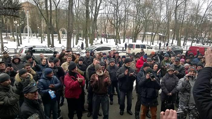 Люди протестуют против декрета возле здания суда. Фото: racyja.com