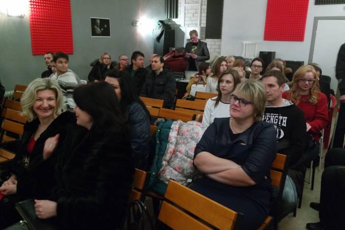 Зрители в ожидании премьеры. Фото Анастасии Вереск