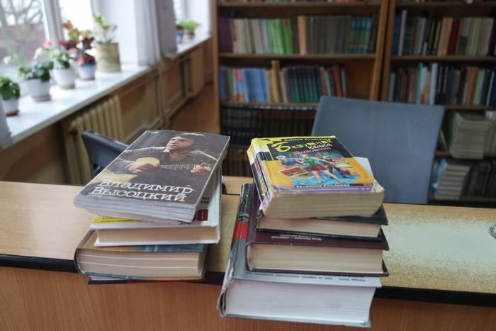 Нужны ли в библиотеке такие книги? Сейчас увидим. Фото Анастасии Вереск