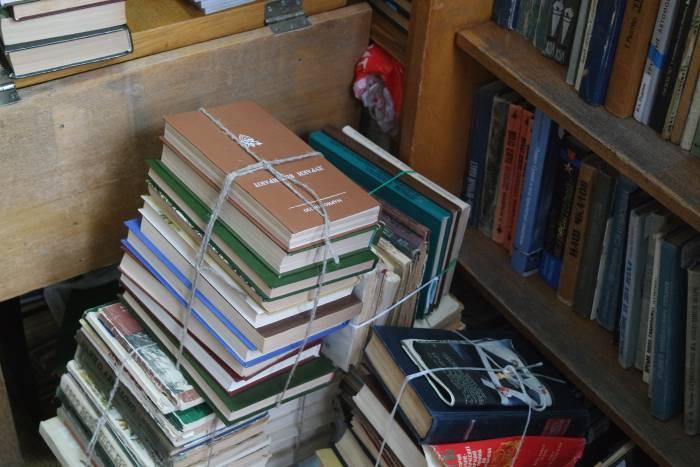 Столько книг приносят за неделю. Фото Анастасии Вереск