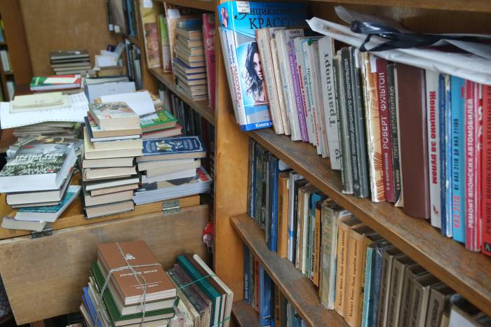 Здесь оставляют подаренные книги. Места в отделе нет, поэтому сперва они складываются просто на стол. Фото Анастасии Вереск