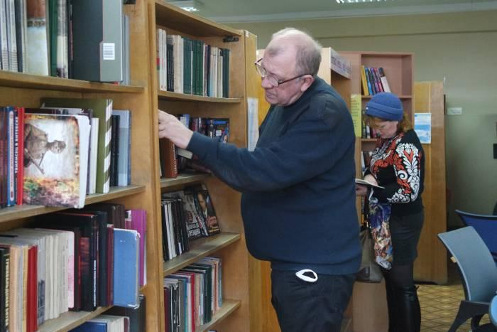 Популярную литературу берут и на абонементе. Фото Анастасии Вереск