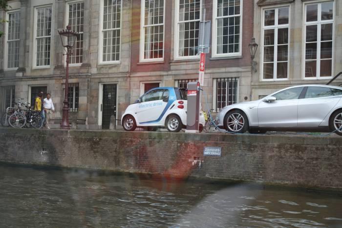 Подзарядка автомобиля в Амстердаме. Фото Ольга Витебская