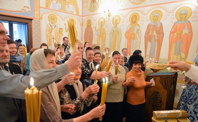 Верующие в этот день идут в храм, чтобы помолиться и освятить свечи. Фото minsk.by