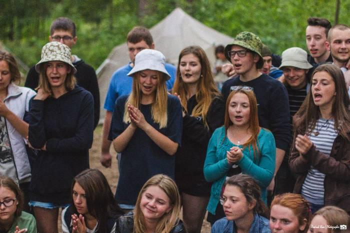 По вечерам студенты с удовольствием пели песни у костра. Фото Ивана Семёнова