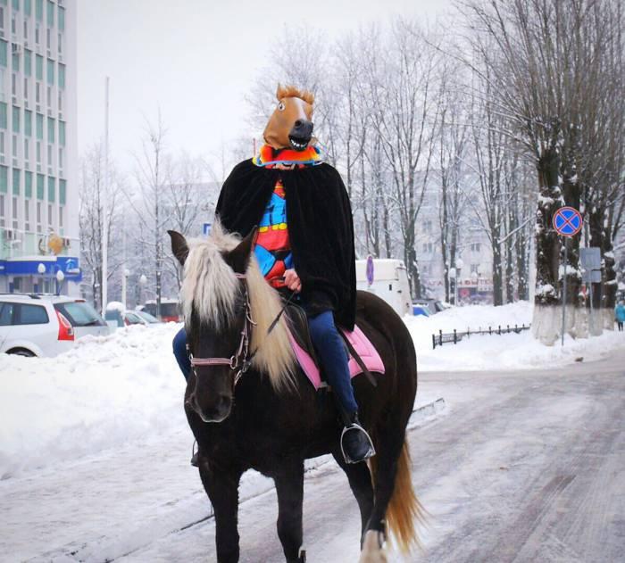 Роман Бородавкин едет забирать дочь на коне. Фото: vitbichi.by