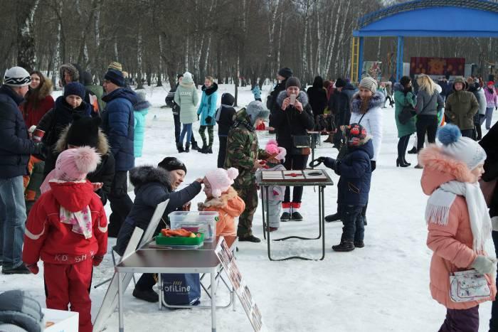 Несмотря на холод, посмотреть на праздник собралось много людей. Фото Анастасии Вереск
