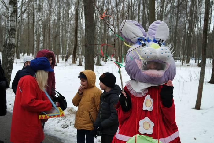 По дороге к празднику гостей встречали сказочные персонажи. Фото Анастасии Вереск