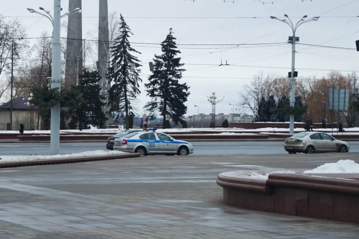 Машины ГАИ у площади Победы. Фото Анастасии Вереск
