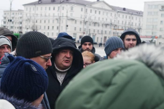 Люди говорили о работе, зарплатах и отсутствии рабочих мест в городе. Фото Анастасии Вереск