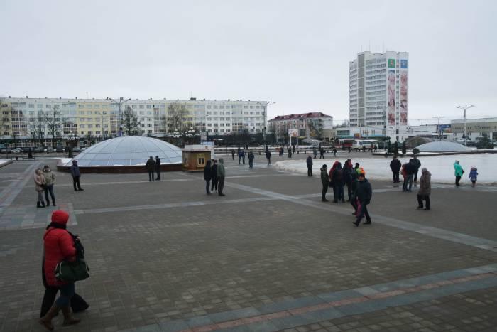 Люди стояли группами или свободно перемещались по площади. Фото Анастасии Вереск