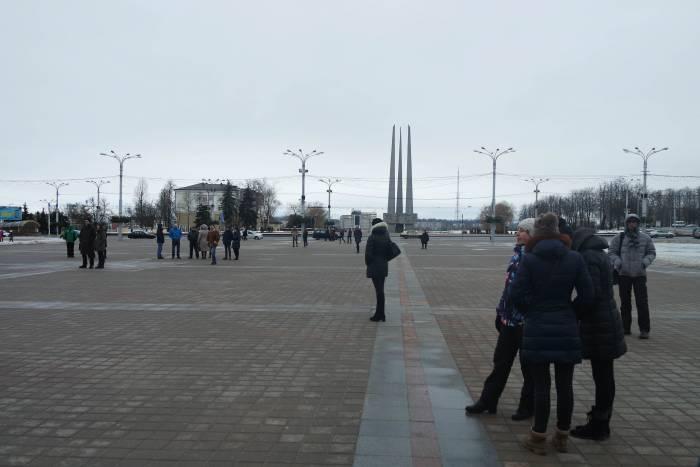 Некоторые пришли на площадь Победы с друзьями или семьей. Фото Анастасии Вереск