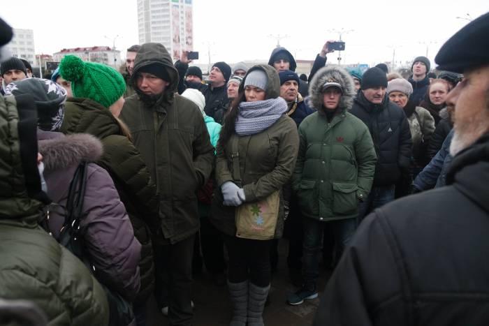 На площади собрались люди разного возраста, некоторые из них имеют работу, но все равно захотели поддержать акцию. Фото Анастасии Вереск