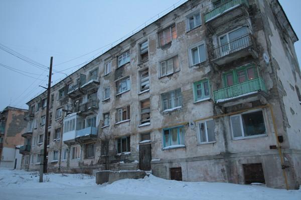 А вот так выглядит сам дом… он разваливается. Фото: Константин Бобылев, «Глобус»
