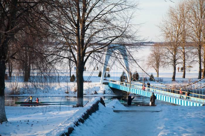 Мост ведет через канал к озеру. Фото Анастасии Вереск