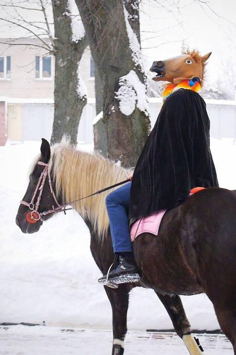 Принца на коне сначала не хотела пропускать охрана. Фото: kp.by