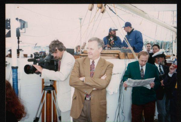 В ГДР Путин (с газетой) работал под прикрытием. Фото: gordonua.com
