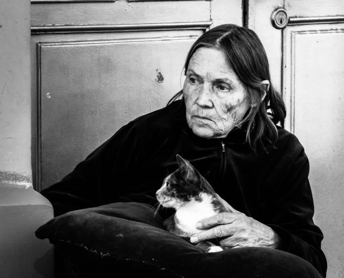 старуха и кошка