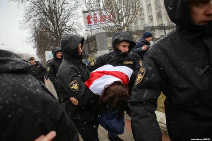 Людей тащили в автозаки силой. Фото: svaboda.org